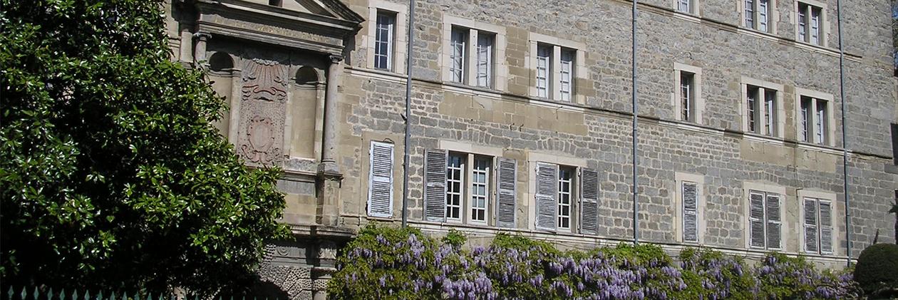 La façade du lycée Gabriel Faure, sa glycine