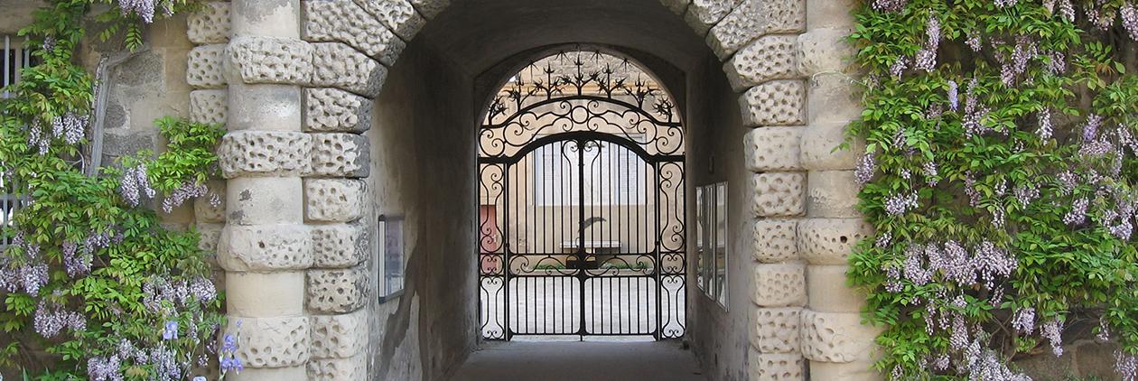 Le porche d'entrée du lycée Gabriel Faure