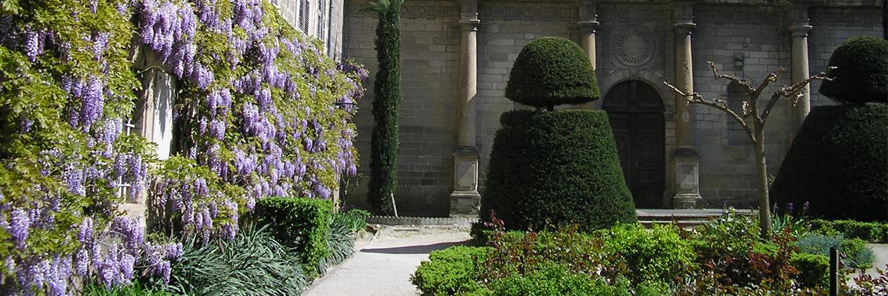 Le jardin d'entrée du lycée Gabriel Faure